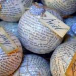 Bolas cobertas com pedaços de papel repaginam a árvore de Natal