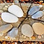 Pedrinhas roladas de rio transformadas em esculturas de pegadas