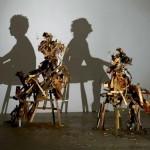 Pilha de madeira descartada projeta sombras perfeitas de pessoas