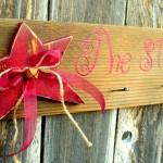 Decoração rústica de Natal com estrelas de madeira velha reciclada
