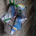 Enfeites de Natal feitos com formas de biscoitos e papel reciclado