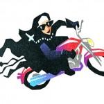 Freira em manobra radical de moto no anúncio de bebida energética