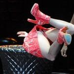 Lady Gaga gorda pula de cabeça em 'moedor de carne' durante show