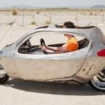 Veículo de duas rodas, meio carro e meio moto, se equilibra sozinho