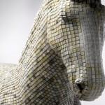 Cavalo de balanço artístico feito com teclas de computador recicladas