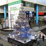 CDs reciclados formam grandes bolas em árvore de Natal ecológica