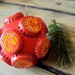 Tampas de cerveja e refrigerantes enfeitam bolas de Natal recicladas