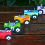 Carrinhos de corrida com tubos reciclados de papel higiênico