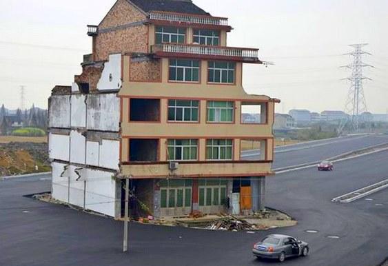 Uma casa no meio da estrada