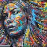 A arte do graffiti em retratos explosivos de rostos de mulheres