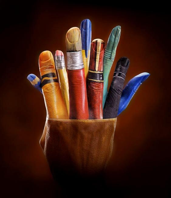 Pinceis e Canetas pintados nas Mãos e Dedos