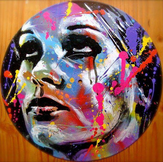 Rosto de mulher em disco de vinil