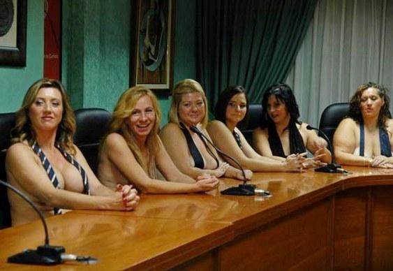 Calendário com mães peladas