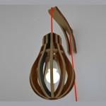 Design: luminária artesanal de madeira com forma de lâmpada