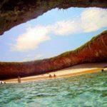 Praia do Amor fica escondida dentro de uma cratera de vulcão