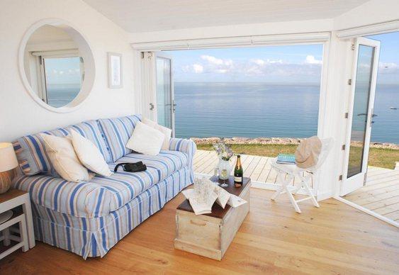 Sala com varanda com vista para o mar