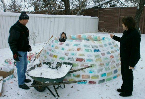 Iglu com tijolos de gelo coloridos