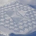 Os 'crop circles' de Simon Beck em campos cobertos de neve