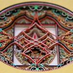 Esculturas e filigranas de papel colorido cortado a laser