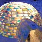 Namorados constroem iglu colorido para passar o tédio no inverno