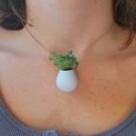 Mini vasos com plantas para usar como acessórios pessoais