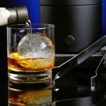 Bebendo scotch com uma enorme pedra de gelo redonda