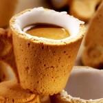 Uma xícara comestível de café, como casquinha de sorvete