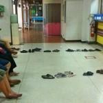 Tailandeses esperam em longas filas só no sapatinho