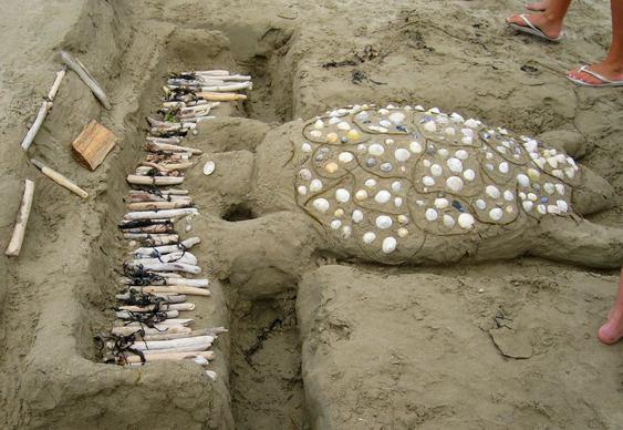 Escultura de tartaruga na praia