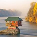 Chalé construído numa pedra no meio do rio é atração turística