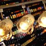 Canecas para chope e cerveja viram luminárias de bar