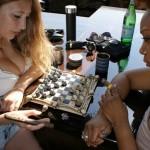 Um jogo de xadrez com peças e tabuleiros de caveira