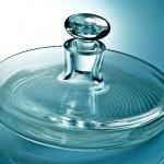 Um vidro de perfume com design achatado na horizontal