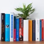 Vaso em forma de livro enfeita com plantas a sua biblioteca