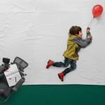 Garoto com distrofia muscular brinca com a imaginação