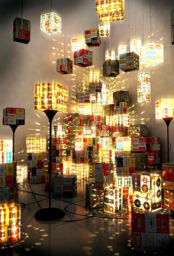 Luminárias de fitas K7 recicladas