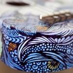 Adolescente transforma violões em telas para seus desenhos