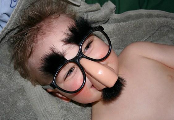 Criança de óculos