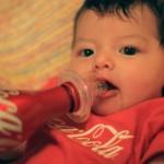 56% das crianças com menos de 1 ano bebem Coca-Cola até em mamadeira