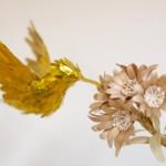 Delicadas esculturas de beija-flor em papel holográfico dourado