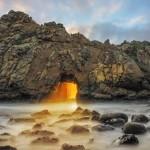 O portal dourado de uma caverna mágica na ilha de pedras