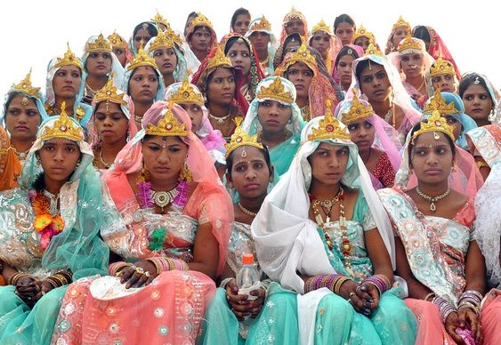Noivas em casamento coletivo