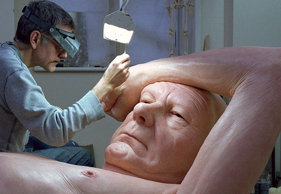 Escultura gigante de senhor idoso