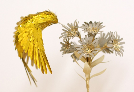 Escultura de beija-flor de papel