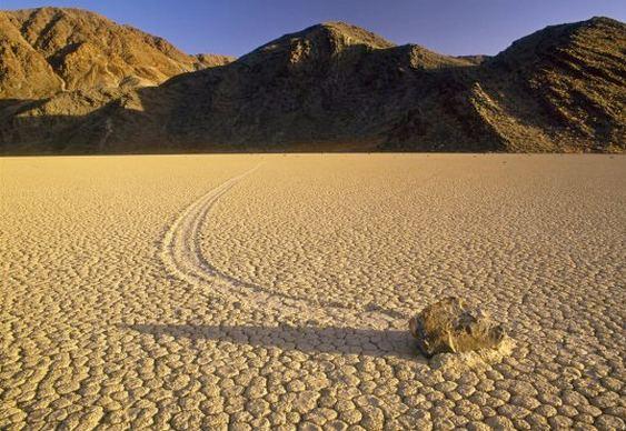 Pedras que andam no Vale da Morte