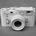 Réplica de câmera fotográfica esculpida em papelão branco