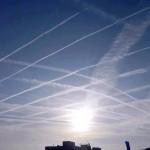 Que desenhos geométricos são estes que aviões deixam no céu?