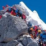 Avalanche de turistas e lixo põe Monte Everest em risco
