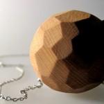 Colar com pingente de madeira rústica traz câmera escondida