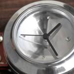 Relógio de pulso feito com latas recicladas de refrigerantes